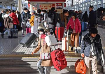 大きな荷物を抱えてUターンした帰省客(3日午前10時20分、京都市下京区・京都駅)