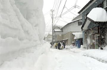 過去最高の積雪を更新した肘折地区=2018年2月、山形県大蔵村