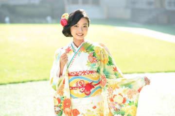 晴れ着でインタビューに応じた川瀬莉子さん