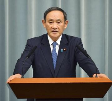 熊本県で震度6弱を観測した地震を受け、記者会見する菅官房長官=3日夜、首相官邸