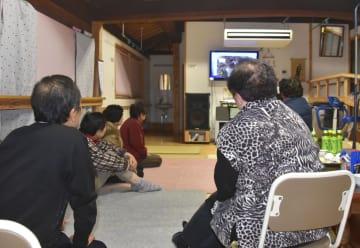 震度6弱の地震が発生した熊本県和水町で、自治会館に避難した人たち=3日午後10時30分