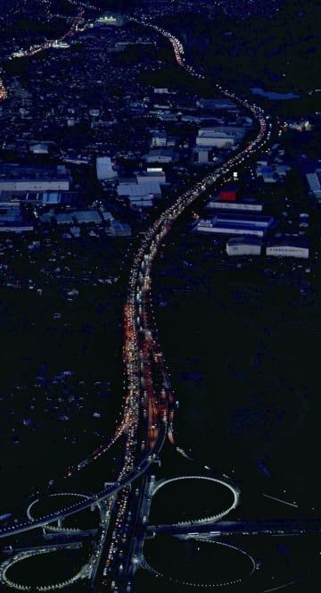 Uターンラッシュで渋滞する九州自動車道。手前は鳥栖ジャンクション=3日午後5時44分、佐賀県鳥栖市(共同通信社ヘリから)