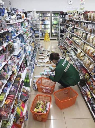 震度6弱の地震で商品が散乱した熊本県和水町江田のコンビニ=3日午後6時36分(宮本征一さん撮影)