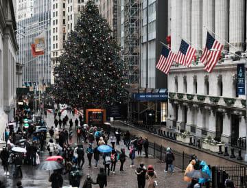 ニューヨーク証券取引所(右)と、通りを歩く人たち(ゲッティ=共同)