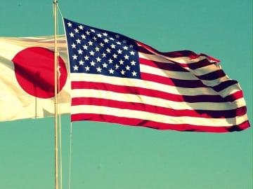 日章旗と星条旗(資料写真)