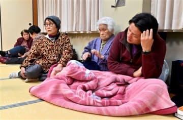 和水町中央公民館に避難し、疲労の表情を浮かべる町民たち=3日午後8時ごろ、同町江田(池田祐介)