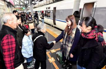 Uターンがピークを迎え、ホームで別れを惜しむ家族=1月3日午前11時35分ごろ、福井県福井市のJR福井駅