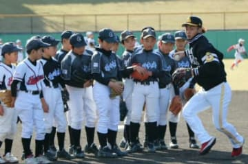 今宮健太選手(右端)から守備の基本動作を学ぶ子どもたち