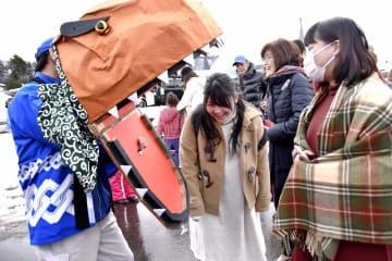 恐竜獅子にかまれる観光客=1月3日、福井県勝山市村岡町寺尾
