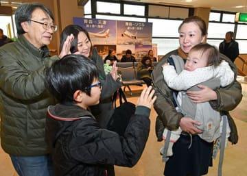 「また来てね」。出発ロビーで手を振り、別れを惜しむ家族連れ=3日、青森空港