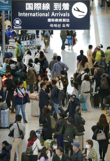 帰国客などで混雑する関西空港の国際線到着ロビー=4日午前