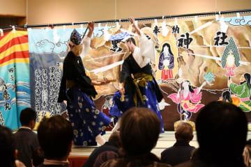 舞い初めで神楽を観衆に披露する舞い手たち