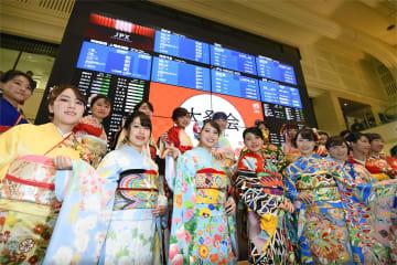 東京証券取引所の大発会に晴れ着姿で参加した女性たち=4日午前、東京・日本橋兜町