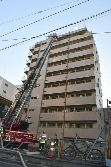 火災があった簡易宿泊所=4日午前、横浜市中区