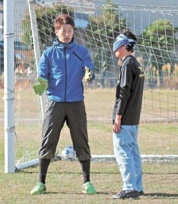 コルジャ仙台のチームメートに助言する佐々木選手(左)=仙台市宮城野区の宮城県障害者総合体育センターグラウンド