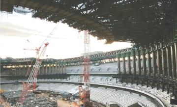 建設が進む新国立競技場。屋根やひさしには被災地を含む国産の木材が使われる=昨年12月(日本スポーツ振興センター提供)
