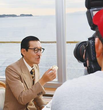 佐島の海をバックにホテルのレストランで撮影