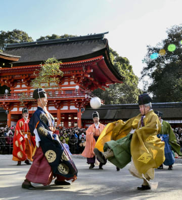 伝統衣装をまとい、平安時代の貴族らが興じた蹴鞠を奉納する新春恒例の「蹴鞠初め」=4日午後、京都市の下鴨神社