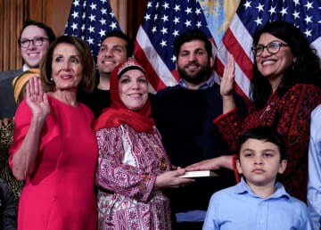米下院議長に選出されたナンシー・ペロシ氏(左から2人目)とラシダ・トレイブ議員ら(右端)=3日、ワシントン(ロイター=共同)