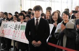 市民や市職員らに祝福される阿部一二三(中央)と、出迎えに加わった妹の詩(右手前)=神戸市役所