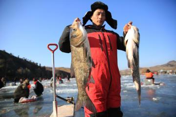 冬の風物詩、氷上穴釣り