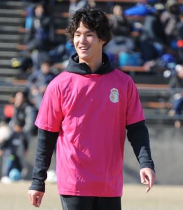 サッカーフェスタに参加した中坂選手=2日、徳島市球技場