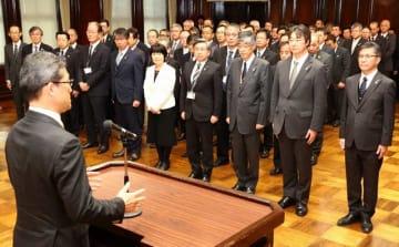 仕事始め式で河野知事の訓示を聞く県幹部職員ら=4日午前、宮崎市・県庁講堂