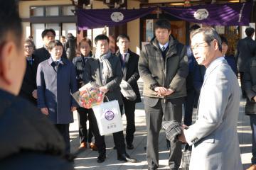 新年祈願祭が終わり、年頭訓示を行う香陵住販の薄井宗明社長(右端)=水戸市宮町
