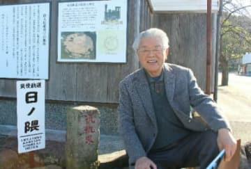 日ノ隈乗降所跡で筑後軌道の歴史価値や魅力を伝える桑野洋輔代表=日田市庄手
