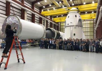 ケネディ宇宙センターで試験飛行を待つスペースXの宇宙船(右奥上段)=2018年12月、米フロリダ州(AP=共同)
