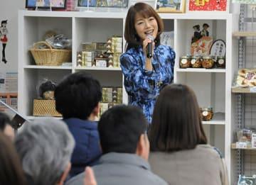 詰め掛けたファンらを前に歌声を披露する亜海さん=4日、北栄町由良宿の青山剛昌ふるさと館