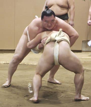 炎鵬(手前)と稽古をする白鵬=東京都墨田区の宮城野部屋