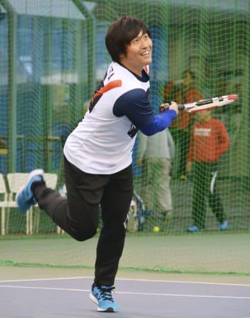 自主トレの途中、笑顔でテニスをする中日の平田=愛知県豊田市
