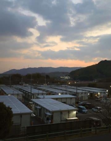 西日本豪雨で甚大な被害を受け、いまなお多くの被災者が暮らす岡山県倉敷市真備町地区の仮設住宅。6日で半年を迎える=5日夕