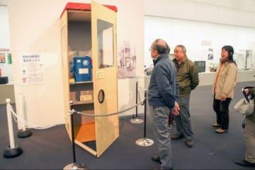 ベニヤ板などで再現した「丹頂形公衆電話ボックス」のレプリカ=相模原市中央区高根の同市立博物館