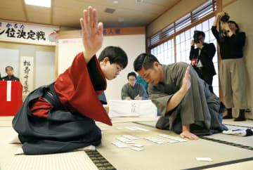 小倉百人一首競技かるたの日本一を決める第65期名人位決定戦で、川崎文義さん(右)を破り新名人に輝いた粂原圭太郎さん=5日、大津市の近江神宮