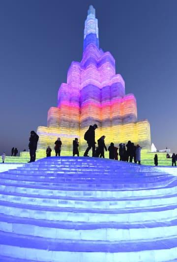 5日、中国・ハルビンの「氷雪祭り」でライトアップされた高さ50メートルを超える氷の塔(共同)