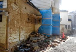 土石流による被害の爪痕が残る住宅=5日午後、神戸市灘区篠原台