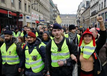 5日、パリのデモ行進に参加する人たち(ロイター=共同)