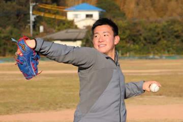 キャッチボールで調整する中村投手=九州文化学園高野球部グラウンド