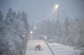 ノルディックスキーW杯、ジャンプ週間最終戦、大雪に見舞われたジャンプ台=5日、ビショフスホーフェン(ロイター=共同)