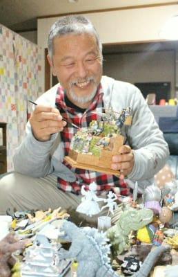 「好きな物を作り続けたい」と語る首藤秀利さん=日出町日出の首藤さん方