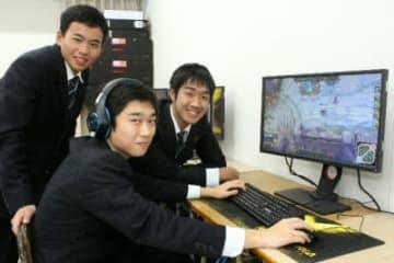 放課後、教室でeスポーツの練習をする日本文理大付属高の生徒たち=佐伯市