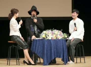 俳優の斎藤工さん(中央)と画家の北村直登さん(右)のトークイベント=5日午後、大分市のJCOMホルトホール大分