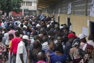 コンゴ・キンシャサで大統領選の投票のため並ぶ人たち=2018年12月30日(AP=共同)