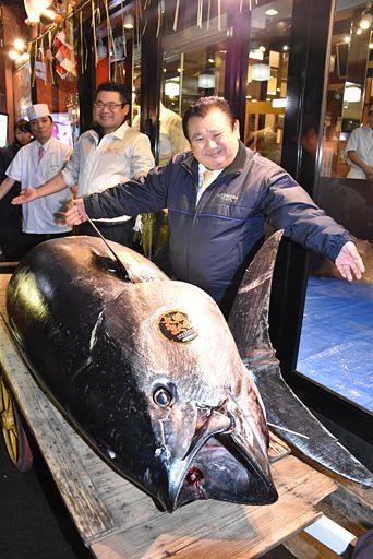 過去最高値で競り落とした大間産マグロを前に笑顔を見せる木村社長=5日午前6時41分、東京・築地