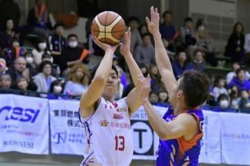【熊本-茨城】第3クオーター、3点シュートを放つ熊本の俊野=水戸市の青柳公園市民体育館