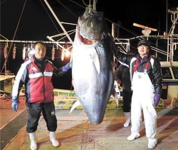 3億3360万円の値段を付けたマグロを釣り上げた藤枝さん(左)と須藤さん=4日午前6時20分ごろ、青森県大間町の大間漁協(藤枝さん提供)