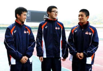 選考レース後に笑顔で話す青森選手(左)、吉中選手(中)、山本選手