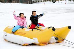 スノーラフティングを体験する子どもたち=豊岡市日高町栗栖野